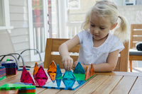 Young girl playing with triangular building shapes 11015309812| 写真素材・ストックフォト・画像・イラスト素材|アマナイメージズ