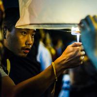 Young man lighting paper lantern for Loy Krathong  Paper Lantern Festival in Chiang Mai, Thailand 11015309858| 写真素材・ストックフォト・画像・イラスト素材|アマナイメージズ