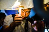 Young man lighting paper lantern for Loy Krathong  Paper Lantern Festival in Chiang Mai, Thailand 11015309859| 写真素材・ストックフォト・画像・イラスト素材|アマナイメージズ