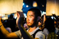 Young man holding lit paper lantern waiting to release at Loy Krathong Paper Lantern Festival in Chiang Mai, Thailand 11015309860| 写真素材・ストックフォト・画像・イラスト素材|アマナイメージズ