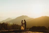 Pregnant couple in mountains, Sequoia national park, California, USA 11015310412| 写真素材・ストックフォト・画像・イラスト素材|アマナイメージズ