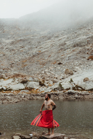 Nude male hiker wrapping himself in towel at lake, Mineral King, Sequoia National Park, California, USA 11015310475| 写真素材・ストックフォト・画像・イラスト素材|アマナイメージズ