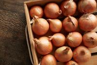 Overhead view of fresh onions in wooden crate 11015310524| 写真素材・ストックフォト・画像・イラスト素材|アマナイメージズ