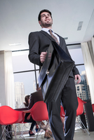 Young businessman carrying briefcase in hotel lobby 11015310578| 写真素材・ストックフォト・画像・イラスト素材|アマナイメージズ