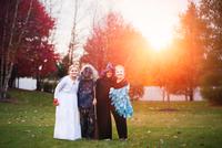 Group of friends in Halloween costumes 11015310794| 写真素材・ストックフォト・画像・イラスト素材|アマナイメージズ