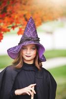 Girl dressed as witch for Halloween 11015310796| 写真素材・ストックフォト・画像・イラスト素材|アマナイメージズ