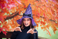 Girl making face dressed as witch for Halloween 11015310797| 写真素材・ストックフォト・画像・イラスト素材|アマナイメージズ