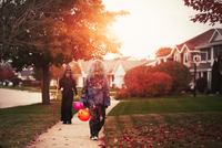 Friends dressed as witch and zombie, trick or treating in neighbourhood 11015310798| 写真素材・ストックフォト・画像・イラスト素材|アマナイメージズ