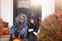 Friends dressed as witch and zombie, sitting on front step of home 11015310799| 写真素材・ストックフォト・画像・イラスト素材|アマナイメージズ