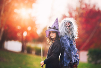 Friends dressed as witch and zombie 11015310800| 写真素材・ストックフォト・画像・イラスト素材|アマナイメージズ