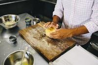 Student at pasta making class 11015310841| 写真素材・ストックフォト・画像・イラスト素材|アマナイメージズ