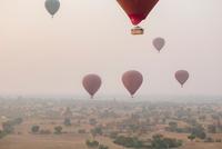 Hot air tourist balloons above misty landscape, Bagan, Burma 11015311017| 写真素材・ストックフォト・画像・イラスト素材|アマナイメージズ
