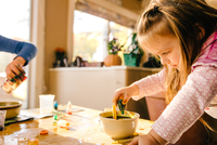 Girl doing science experiment, dropping green liquid into bowl 11015311806| 写真素材・ストックフォト・画像・イラスト素材|アマナイメージズ