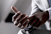 Young man buttoning shirt cuff, close-up 11015312227| 写真素材・ストックフォト・画像・イラスト素材|アマナイメージズ