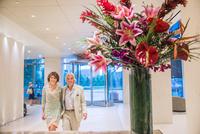 Senior couple walking through hotel foyer 11015312456| 写真素材・ストックフォト・画像・イラスト素材|アマナイメージズ