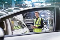 Apprentice car inspector in car factory, portrait 11015313091| 写真素材・ストックフォト・画像・イラスト素材|アマナイメージズ