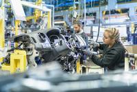 Female apprentice engineer on production line in car factory 11015313101| 写真素材・ストックフォト・画像・イラスト素材|アマナイメージズ