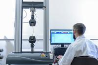 Scientist testing tensile strength of cable in laboratory 11015313206| 写真素材・ストックフォト・画像・イラスト素材|アマナイメージズ