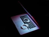 Network security, set of handcuffs sitting on laptop computer 11015313260| 写真素材・ストックフォト・画像・イラスト素材|アマナイメージズ