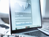 Share price data from investor's portfolio on a laptop computer screen 11015313264| 写真素材・ストックフォト・画像・イラスト素材|アマナイメージズ