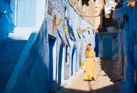 Woman exploring, Chefchaouen, Morocco, North Africa 11015313268| 写真素材・ストックフォト・画像・イラスト素材|アマナイメージズ
