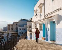 Woman exploring, Chefchaouen, Morocco, North Africa 11015313269| 写真素材・ストックフォト・画像・イラスト素材|アマナイメージズ