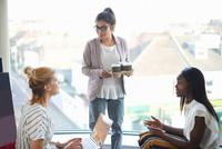 Three businesswomen having discussion 11015313550| 写真素材・ストックフォト・画像・イラスト素材|アマナイメージズ