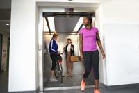 Female colleagues taking office lift 11015313574  写真素材・ストックフォト・画像・イラスト素材 アマナイメージズ