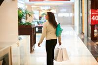 Mature woman with shopping bags in shopping mall, Dubai, United Arab Emirates 11015313615| 写真素材・ストックフォト・画像・イラスト素材|アマナイメージズ
