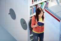 University student working in library 11015313720| 写真素材・ストックフォト・画像・イラスト素材|アマナイメージズ