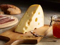 Still life of Edam cheese with quince chutney, on chopping board 11015313916| 写真素材・ストックフォト・画像・イラスト素材|アマナイメージズ