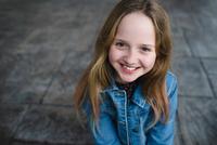 Young girl smiling 11015314094| 写真素材・ストックフォト・画像・イラスト素材|アマナイメージズ