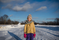 Girl in winter clothing on snow-covered path, Lakefield, Ontario, Canada 11015314111| 写真素材・ストックフォト・画像・イラスト素材|アマナイメージズ