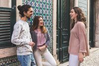 Three friends, standing in street, laughing, Lisbon, Portugal 11015314382| 写真素材・ストックフォト・画像・イラスト素材|アマナイメージズ