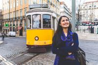 Woman in street by tram, Lisbon, Portugal 11015314416| 写真素材・ストックフォト・画像・イラスト素材|アマナイメージズ