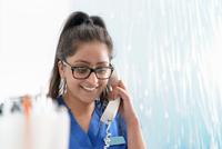 Dental receptionist on telephone in dental surgery 11015314898| 写真素材・ストックフォト・画像・イラスト素材|アマナイメージズ