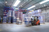 Forklift truck storing barrels in oil blending factory 11015314991  写真素材・ストックフォト・画像・イラスト素材 アマナイメージズ