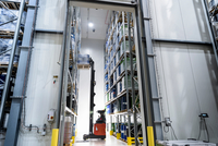 Forklift truck moving barrels in oil blending factory 11015314999  写真素材・ストックフォト・画像・イラスト素材 アマナイメージズ
