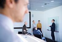 Businessman making whiteboard presentation in conference room meeting 11015315342| 写真素材・ストックフォト・画像・イラスト素材|アマナイメージズ