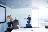Businessman making whiteboard presentation in conference room meeting 11015315343| 写真素材・ストックフォト・画像・イラスト素材|アマナイメージズ