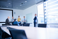 Businessman making whiteboard presentation in conference room meeting 11015315344| 写真素材・ストックフォト・画像・イラスト素材|アマナイメージズ