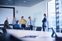 Businessman making whiteboard presentation in conference room meeting 11015315345| 写真素材・ストックフォト・画像・イラスト素材|アマナイメージズ