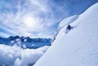Woman skiing down steep mountainside in Swiss Alps, Gstaad, Switzerland 11015315501| 写真素材・ストックフォト・画像・イラスト素材|アマナイメージズ