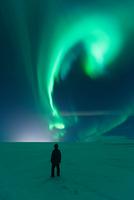 Mature man standing, watching Northern Lights, Mosfellsheidi, Iceland 11015315912| 写真素材・ストックフォト・画像・イラスト素材|アマナイメージズ