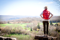 Rear view of woman looking away at elevated view, Bruniquel, France 11015316051| 写真素材・ストックフォト・画像・イラスト素材|アマナイメージズ