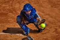 Teenage girl catching baseball 11015316377| 写真素材・ストックフォト・画像・イラスト素材|アマナイメージズ