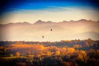 View from hot air balloon of autumn forest and mountains, Langhe, Piedmont, Italy 11015316419| 写真素材・ストックフォト・画像・イラスト素材|アマナイメージズ
