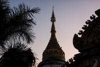 Buddhist temple spires at dusk, Chiang Mai, Thailand 11015316759| 写真素材・ストックフォト・画像・イラスト素材|アマナイメージズ