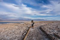 Photographer on snow covered landscape, San Pedro de Atacama, Chile 11015316799| 写真素材・ストックフォト・画像・イラスト素材|アマナイメージズ