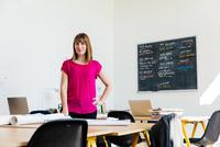Portrait of woman in office looking at camera 11015317027| 写真素材・ストックフォト・画像・イラスト素材|アマナイメージズ